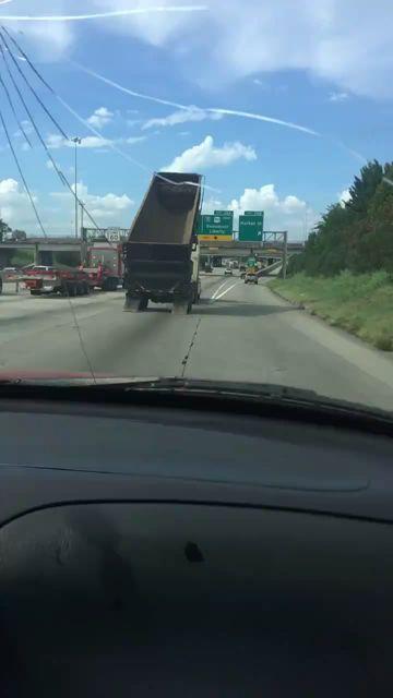 Camion vs panneau de signalisation