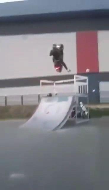 Faire du scooter dans un skatepark