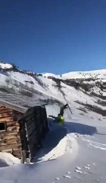 Descendre d\'un toit en ski